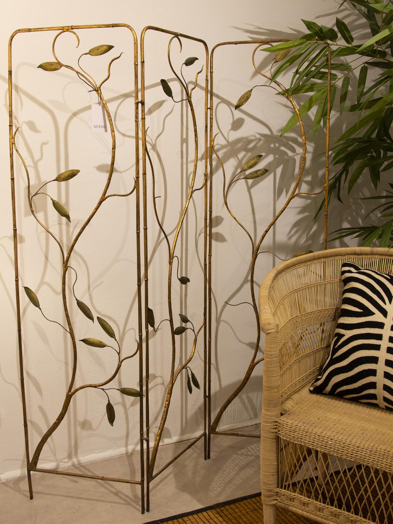 Biombo decorativo en metal dorado con motivos florales