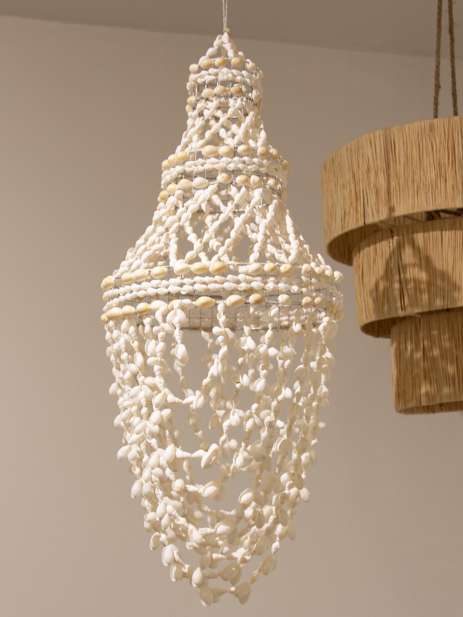 Lámpara de suspensión hecha con conchas. También se puede utilizar como una pieza decorativa. Este producto no incluye sistema eléctrico.