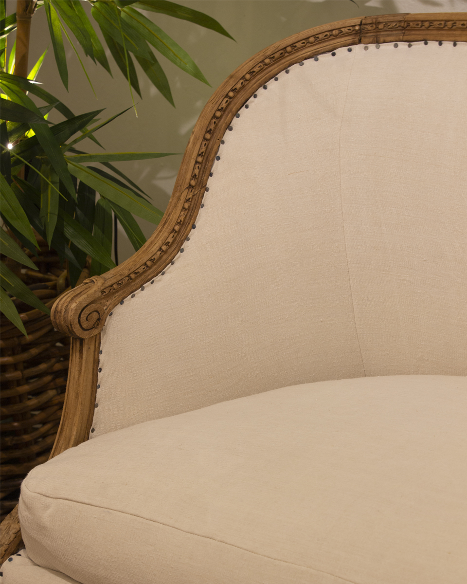sofa Luis XVI en madera tallada y tapizado en blanco