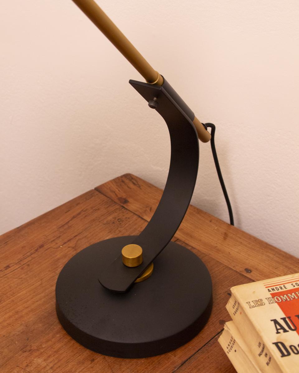 Lámpara de mesa en metal negro y detalles color dorado