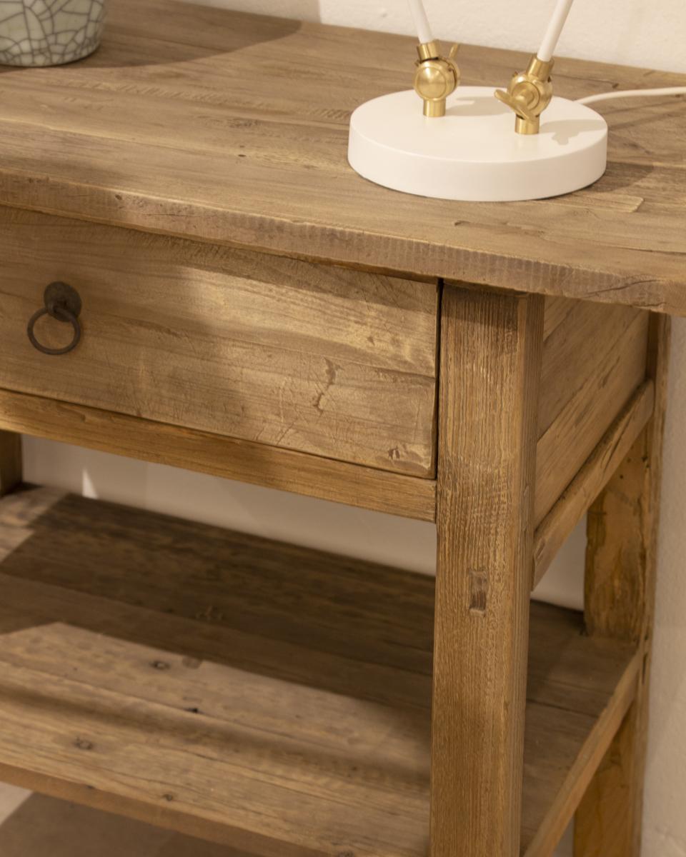 Consola rústica de madera con una balda y cajón con tirador original.