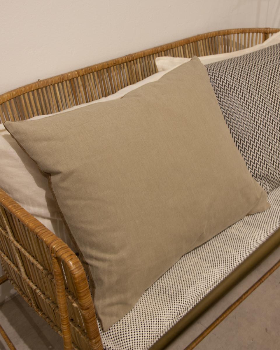 Cojín rectangular con la parte delantera en lino en un color bronce y parte trasera algodón color beige.
