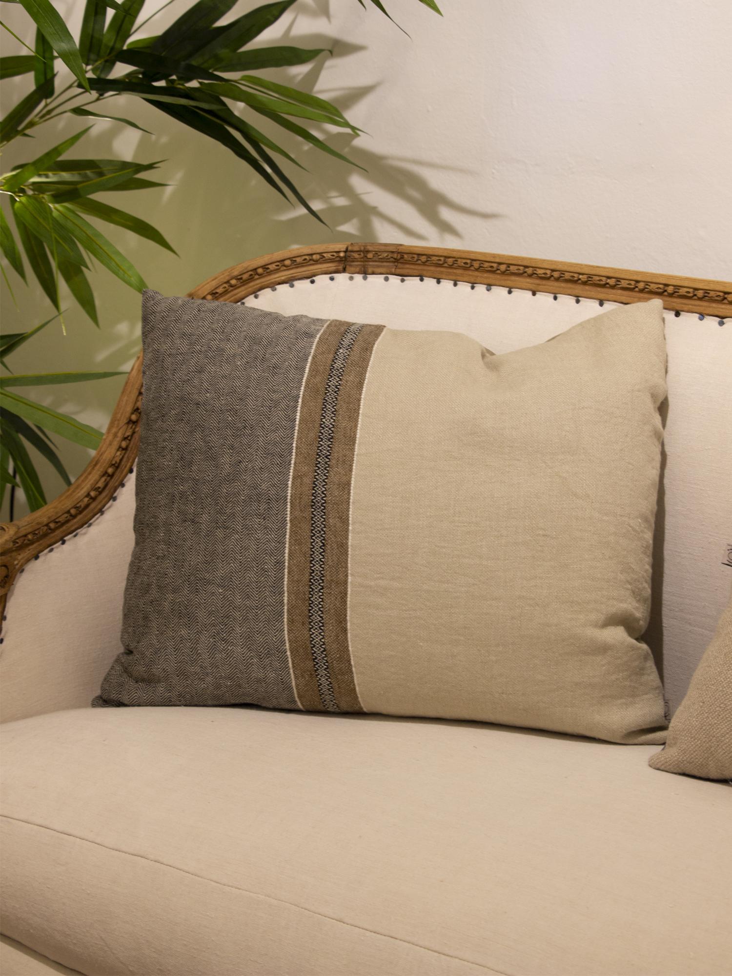 Cojín rectangular en lino con motivos boho en color tabaco, beige y negros.