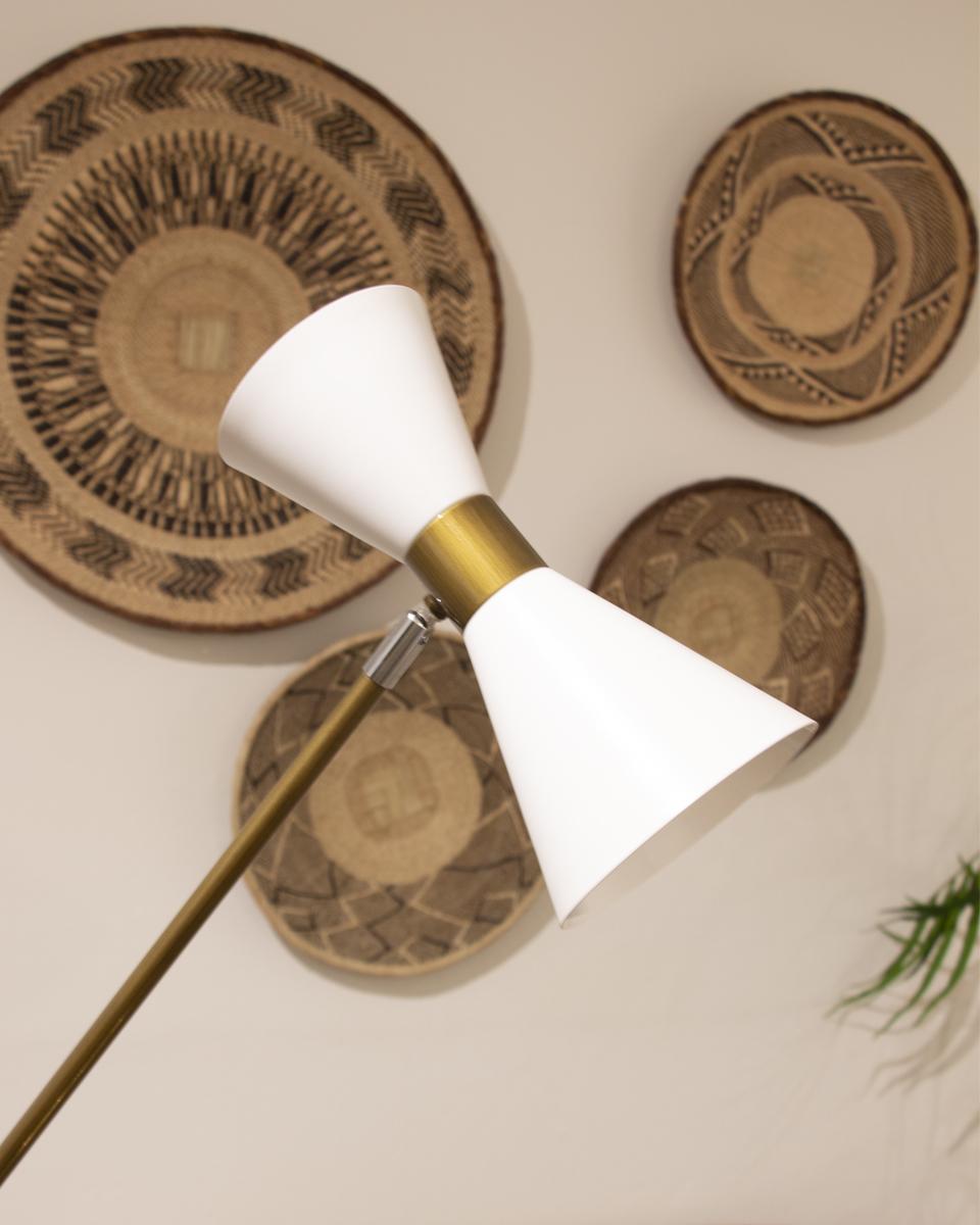 Lámpara de pie de estilo italiano. La estructura ligera y el pie en metal dorado y la pantalla en cristal blanco.