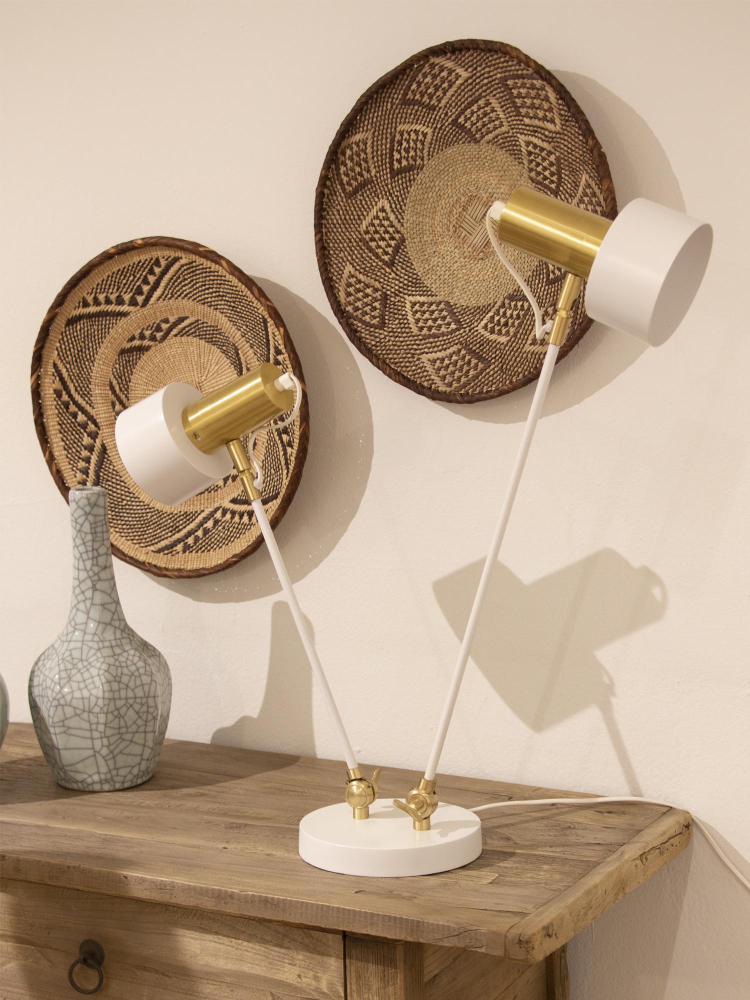 Lámpara de escritorio en metal blanco y detalles dorados con dos tulipas.