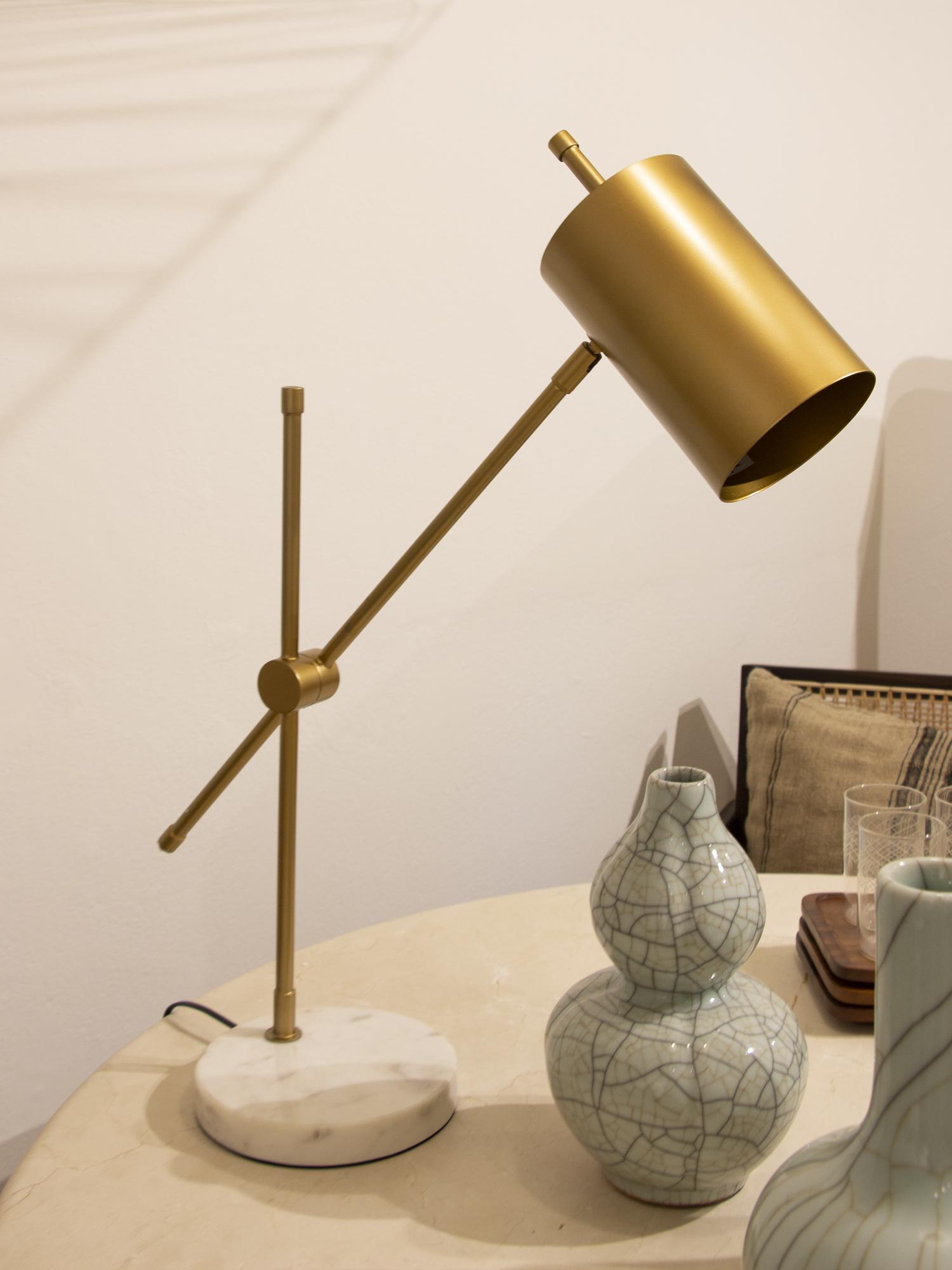 Lámpara de mesa metal dorado y base de mármol