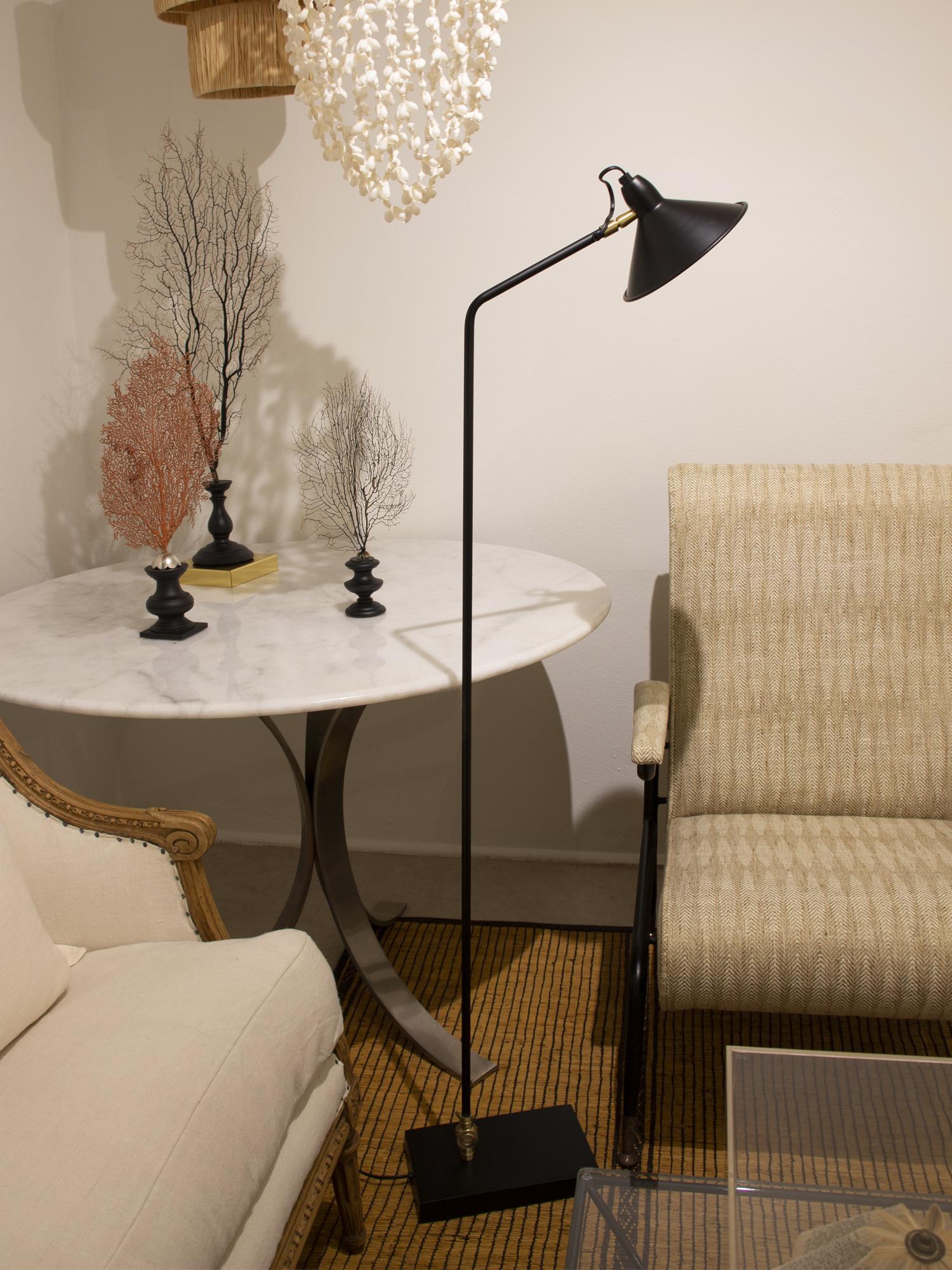 Lámpara de pie base rectangular negra
