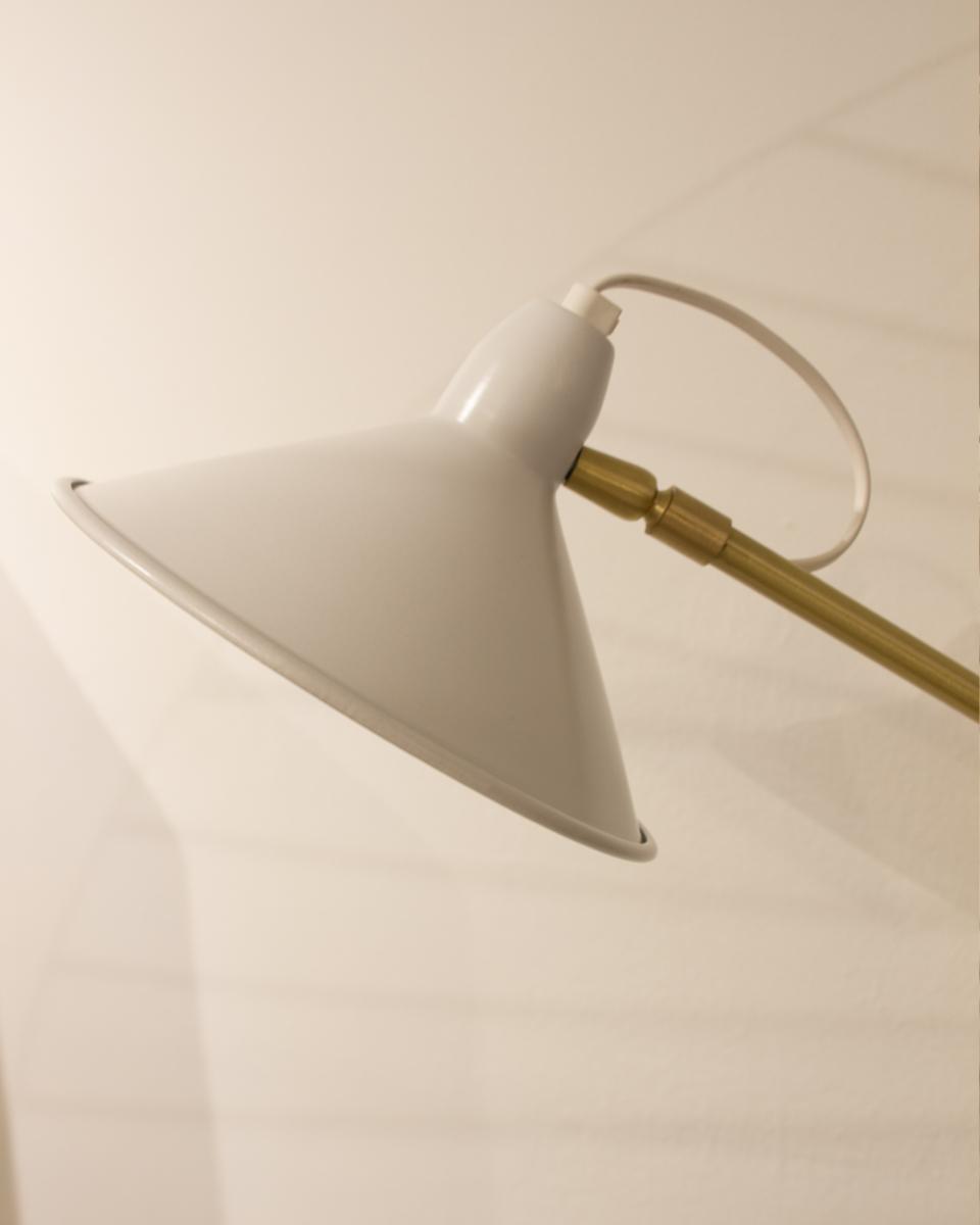 Lámpara de pie base rectangular blanca y estructura en metal dorado