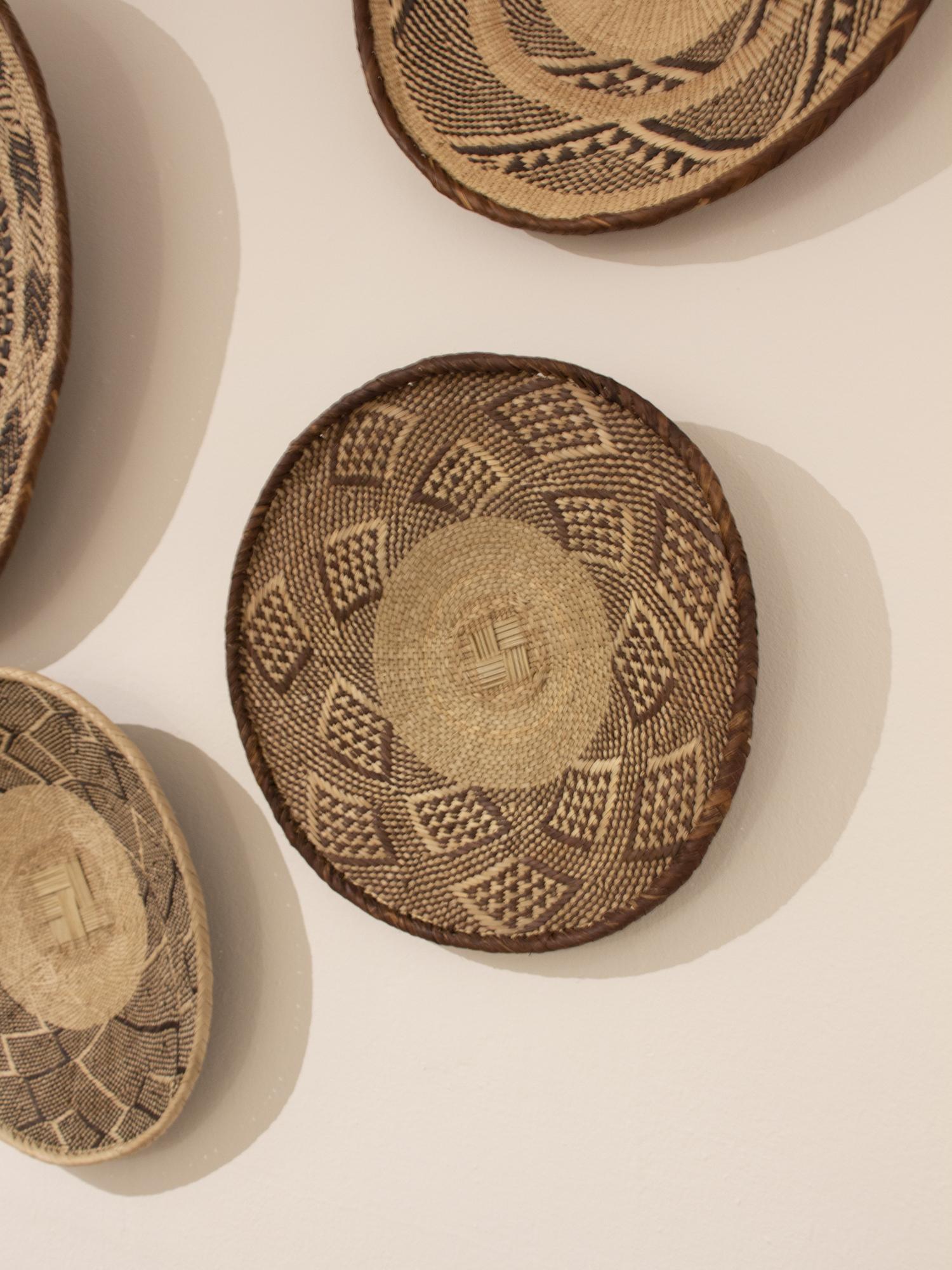 Plato tejido a mano por los tejedores del distrito de Zimbabwe. Cada pieza es única, tejida en tonos marrones y palma natural.Están tejidas a mano con palma ilala y teñidas a mano con tintes naturales.