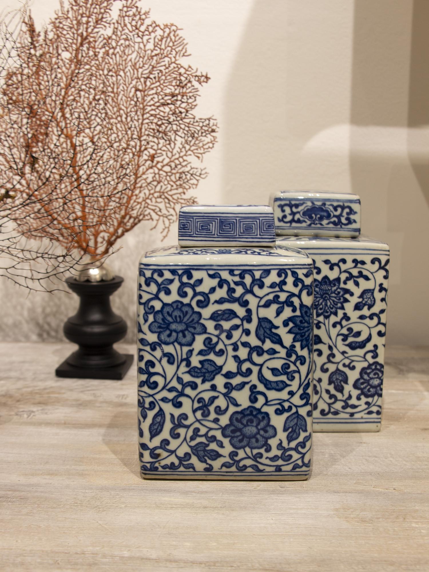 Pequeño tibor de porcelana chinesa con tapa. Con estampados florales azules.